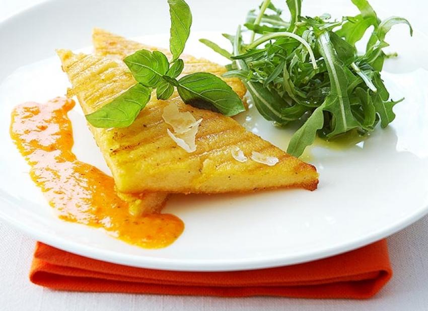 Triangles de polenta grillée, coulis de poivron rouge
